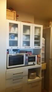Before 今回の依頼のきっかけとなった食器棚。欲しいオーブンレンジが納まりませんでした。