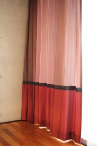 AFTER3 カーテンの共布を使って、クッションカバーとテーブルランナーを作成。グッと統一感がでますね。
