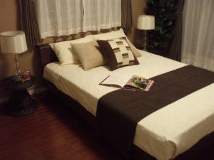 高さの低いベッドを配置