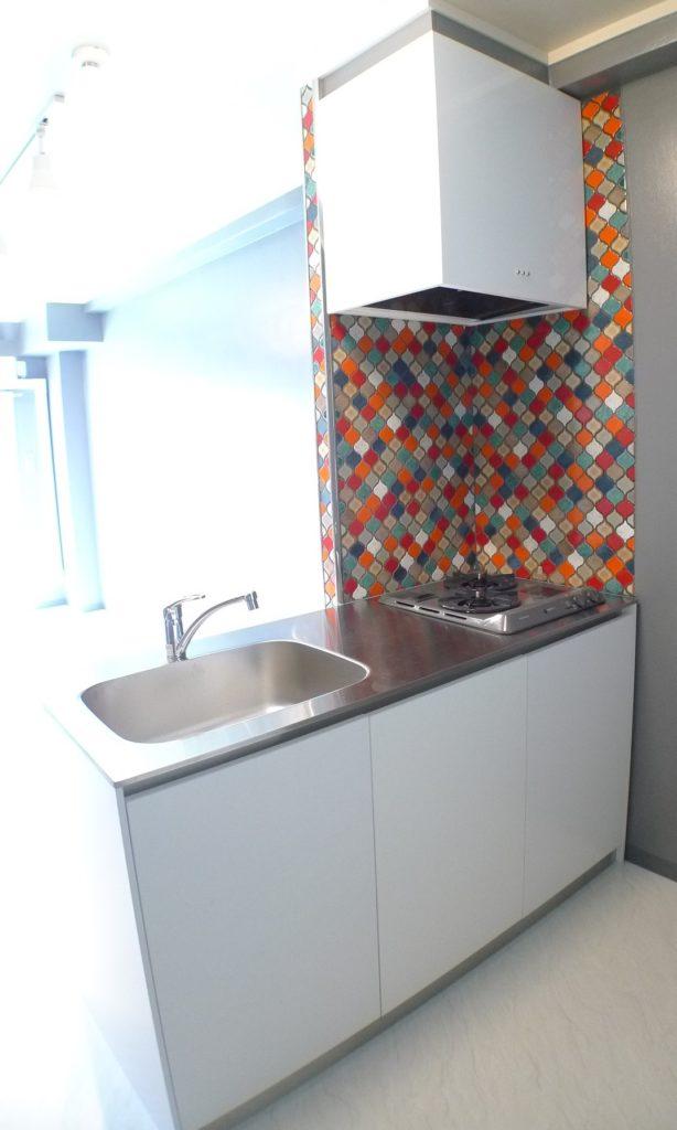モザイクタイルを張ったキッチンパネル