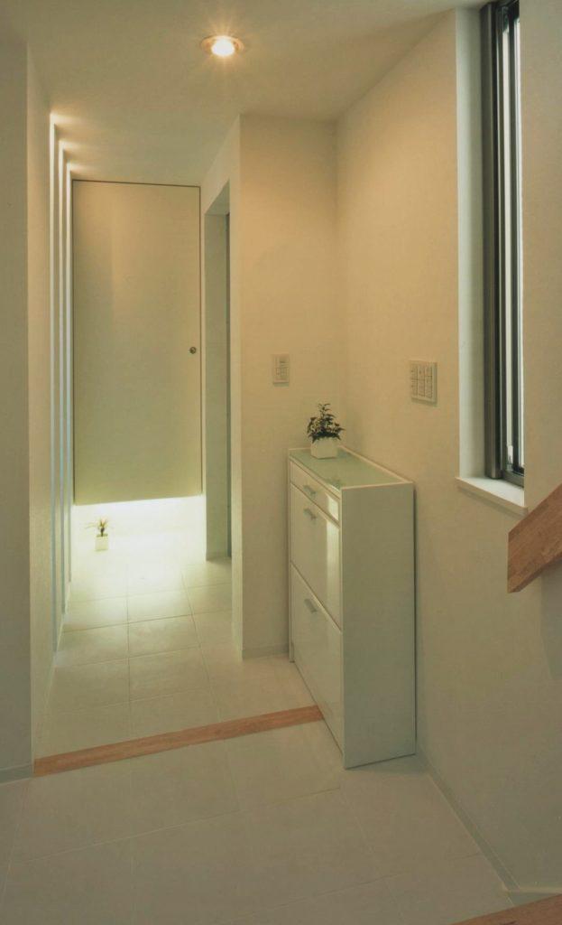 壁付照明入収納と薄型収納