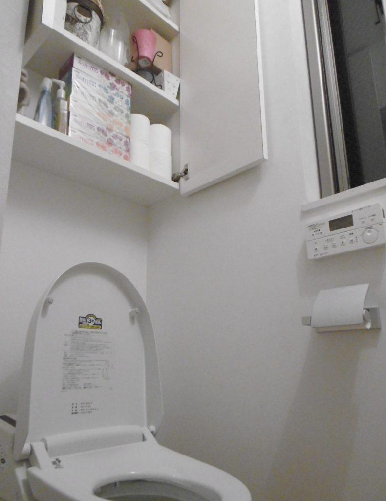 トイレに大きな収納で小物を収納