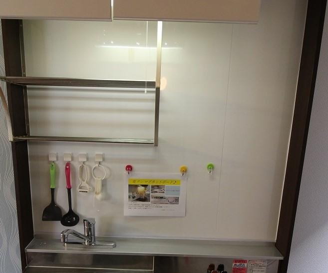 キッチン前マグネットボードですてきに