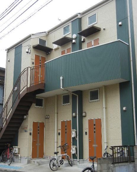 外壁の色分けと玄関扉が軽快な印象