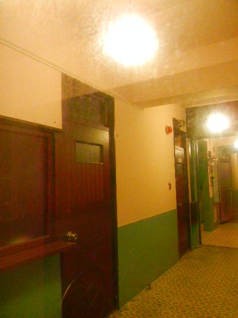昭和レトロな雰囲気の共用廊下