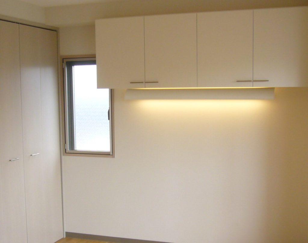 つり戸に間接照明を取り付けた例