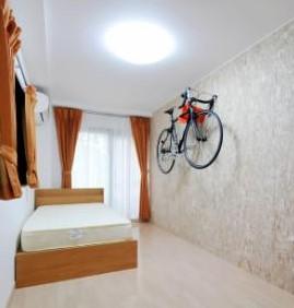 壁面のOSB板に自転車を ディスプレイできる居室