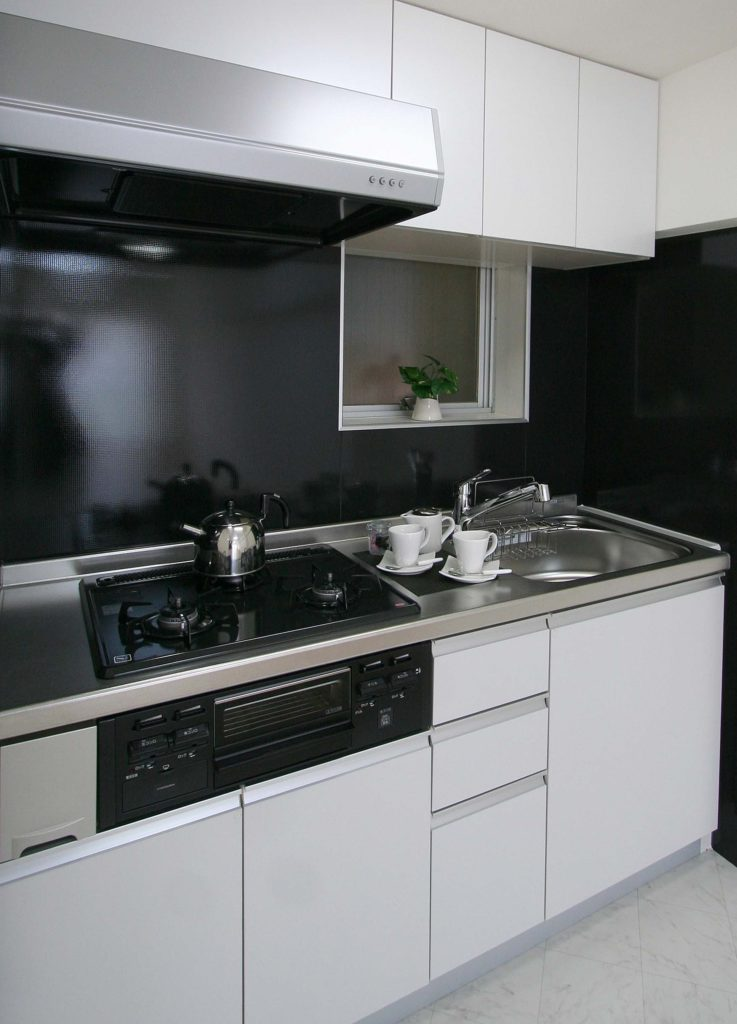 黒のキッチンパネルでモダンな雰囲気に