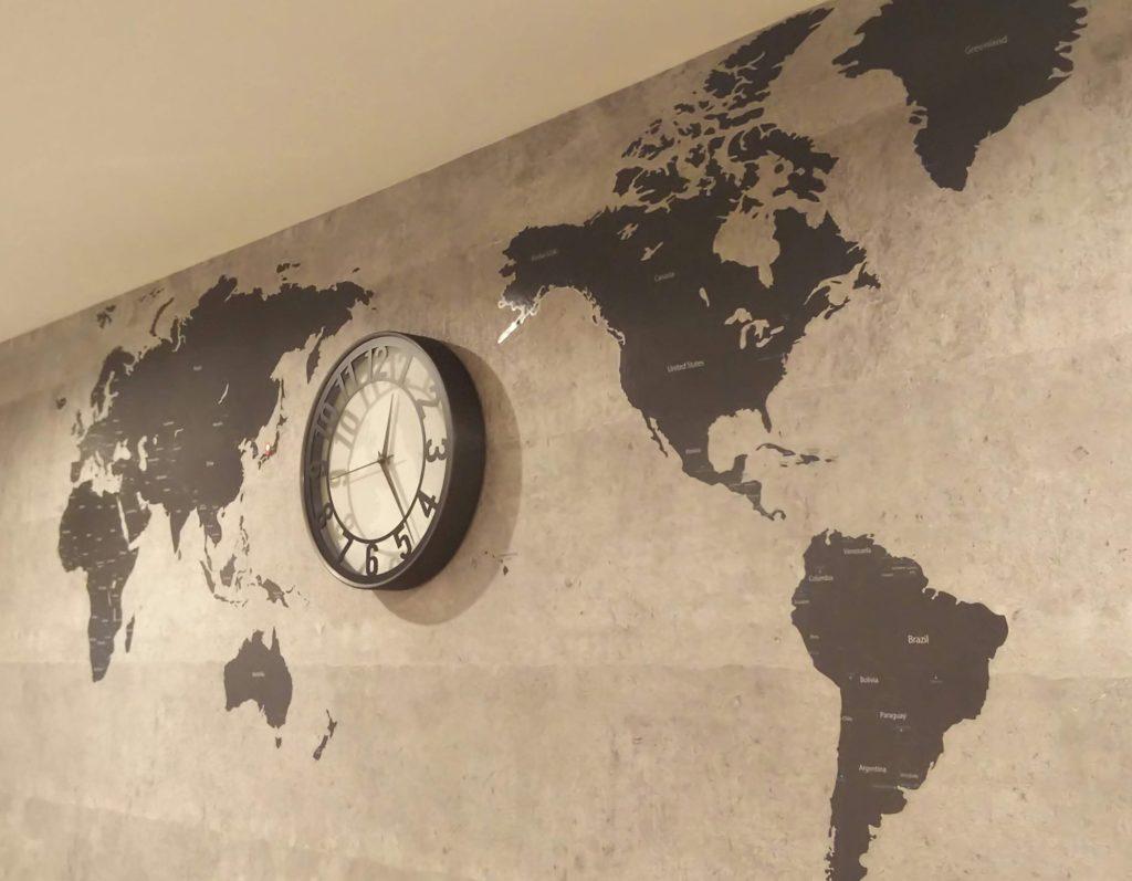 オシャレな壁紙+ウォールステッカー+時計で雰囲気UP