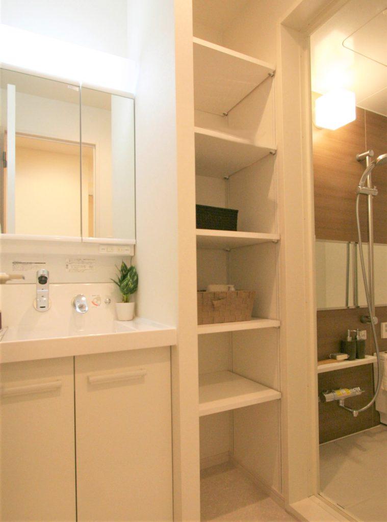 洗面台の隙間を利用した収納棚