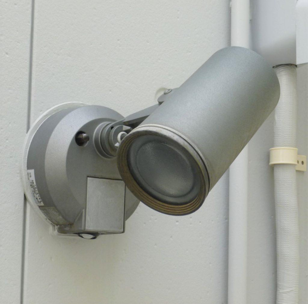 センサー付屋外ライトで防犯対策