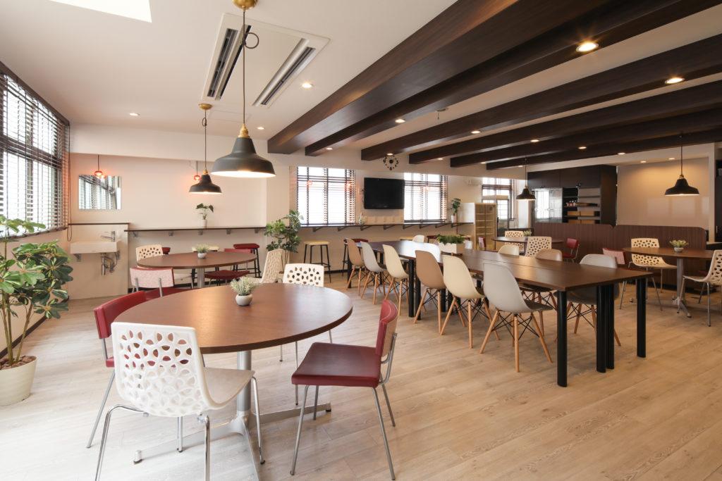 寮リノベで明るく大人のカフェ風食堂に