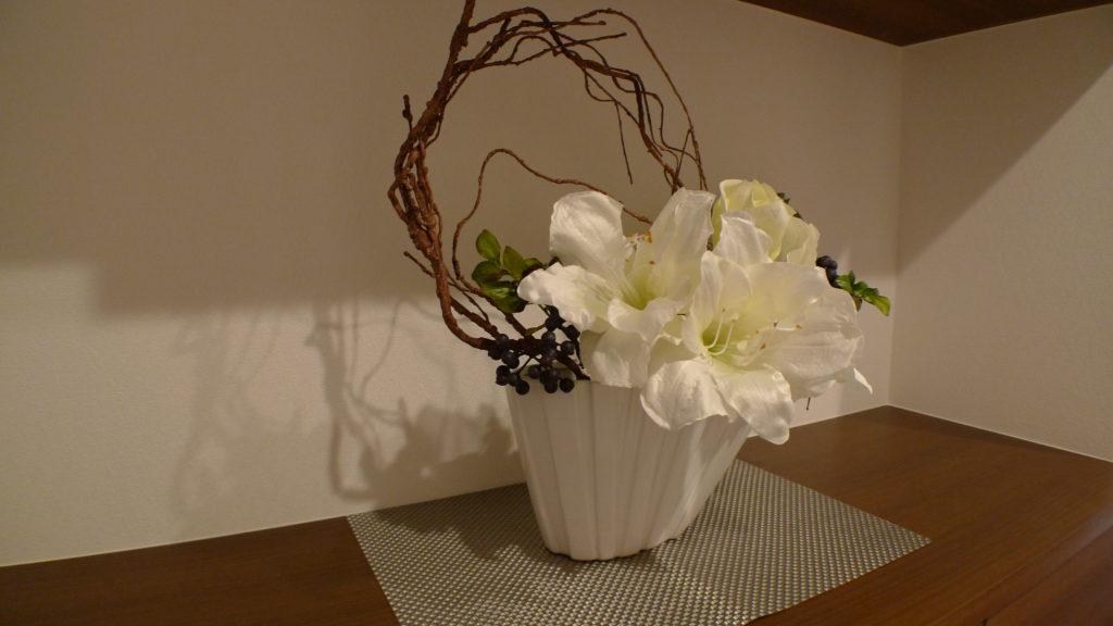 玄関に造花を飾りオシャレにみせる。枝と花でシンプルに