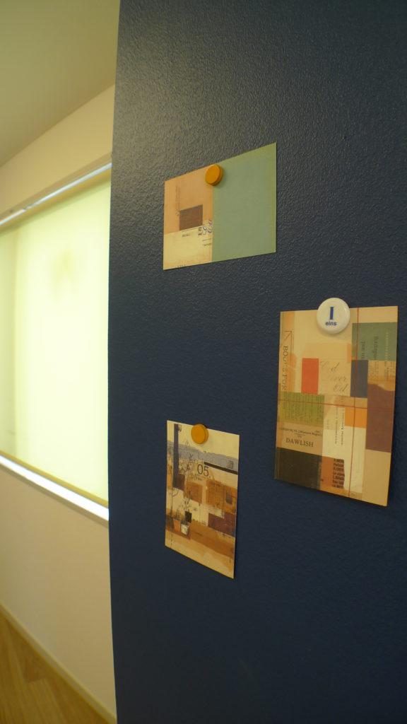 マグネット塗装した柱にマグネットでポストカードを貼ってアートな柱に