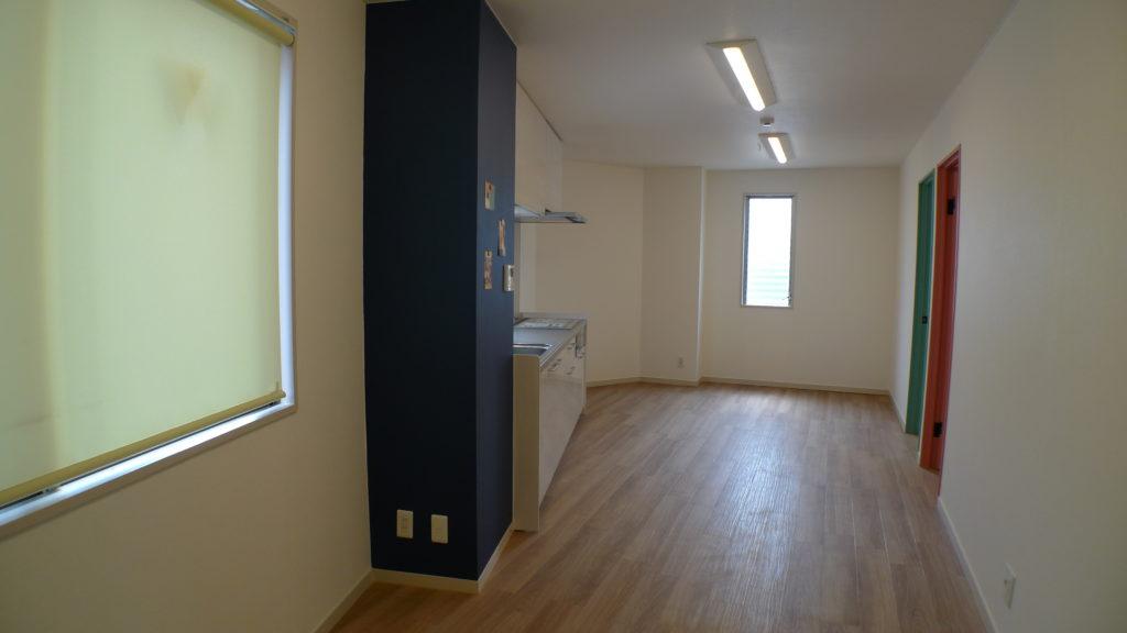キッチン横の柱にマグネット塗装を施して、手紙やポストカードなどが自由に張れるようにしました。ネイビーで塗装したので、空案のアクセントになっています。