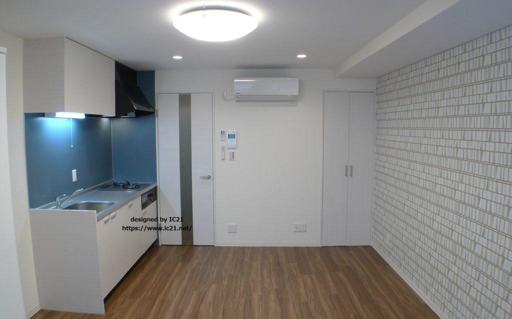 ブルー系ーのキッチンパネルとタイル風クロスを合わせて、北欧モダンなダイニングキッチンに