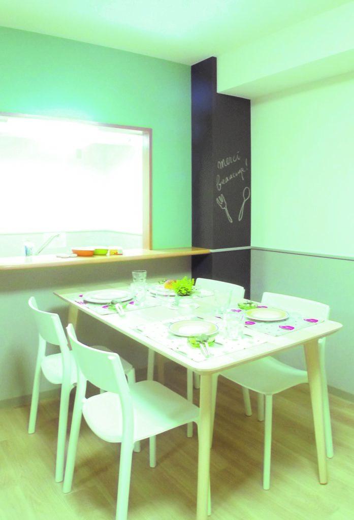 黒板クロスと北欧風の明るい木目家具