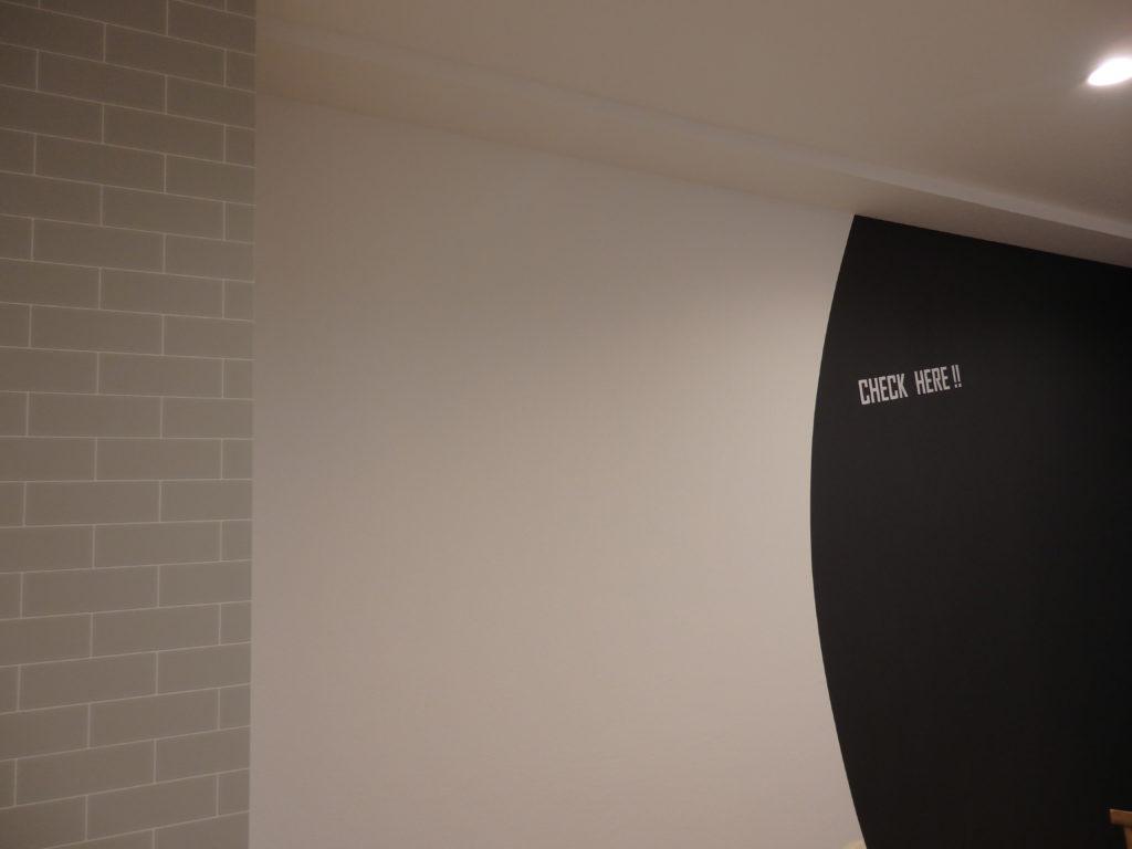 レタリング文字、カッティングシートで壁をオシャレにデコレーション。ぐっとオシャレに感じます。