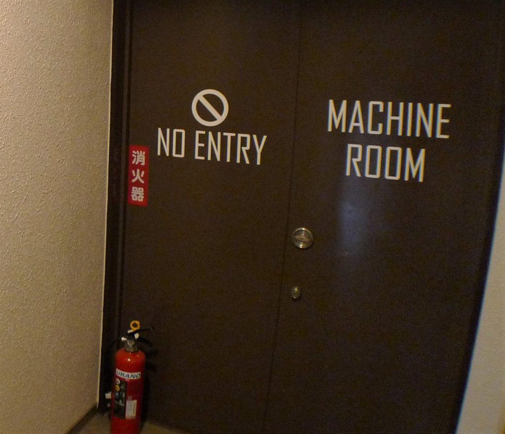 機械室扉はポップなデザイン