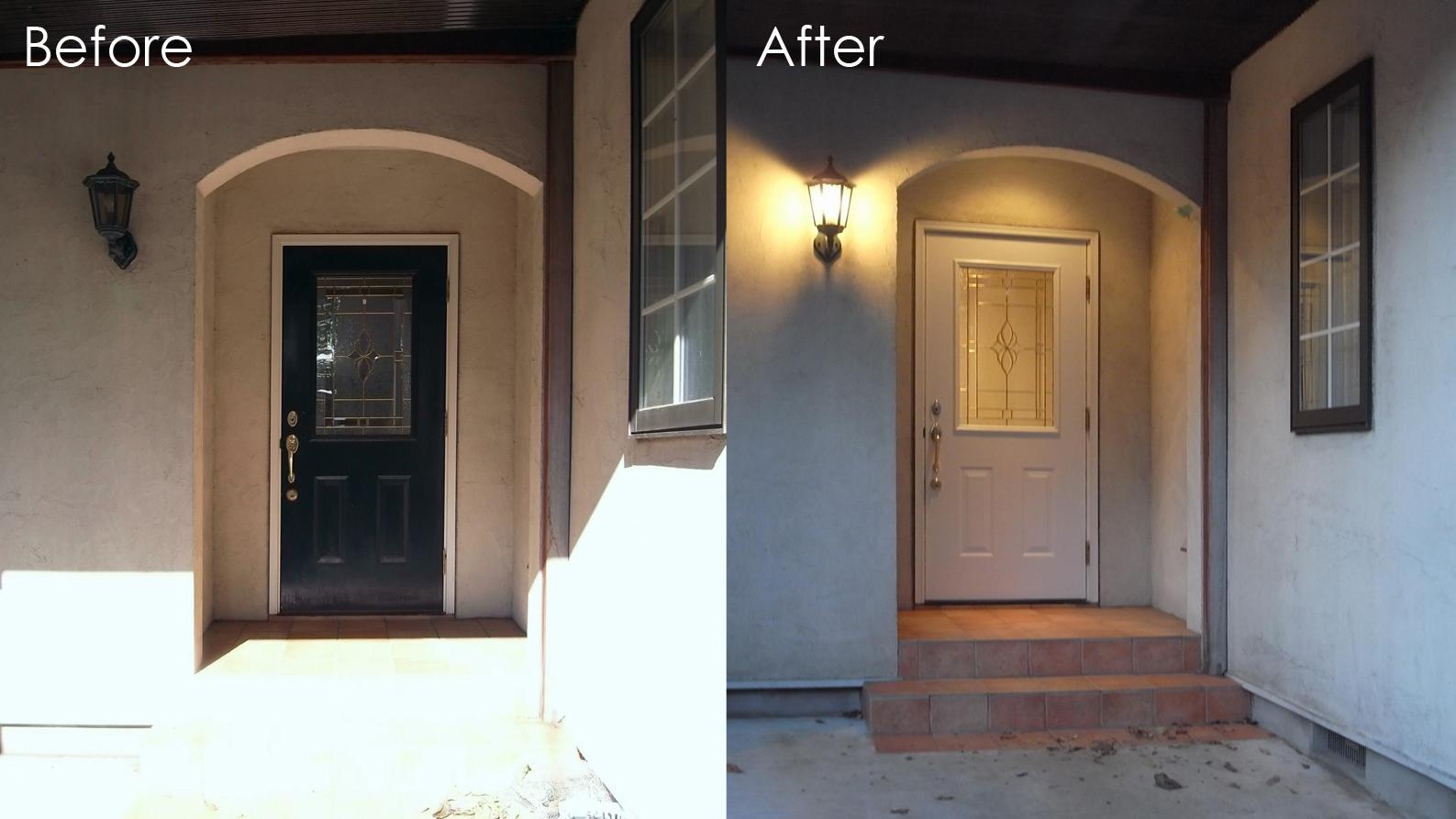 玄関扉をホワイトに塗装して南仏リゾート風に