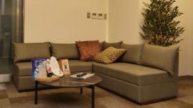 L型ソファでゆったりとした待合スペース