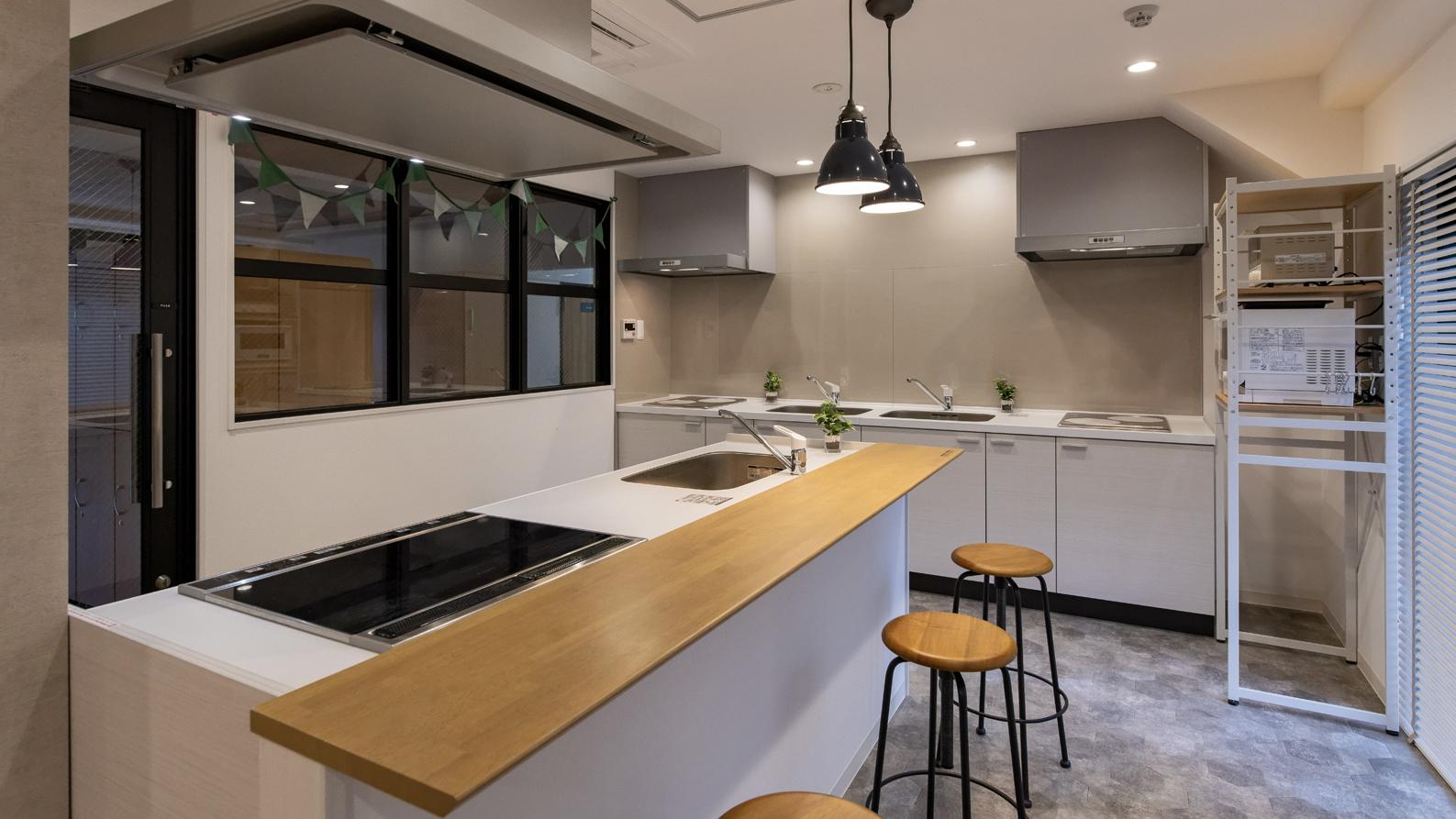 3台のシステムキッチンから成るキッチンスタジオ
