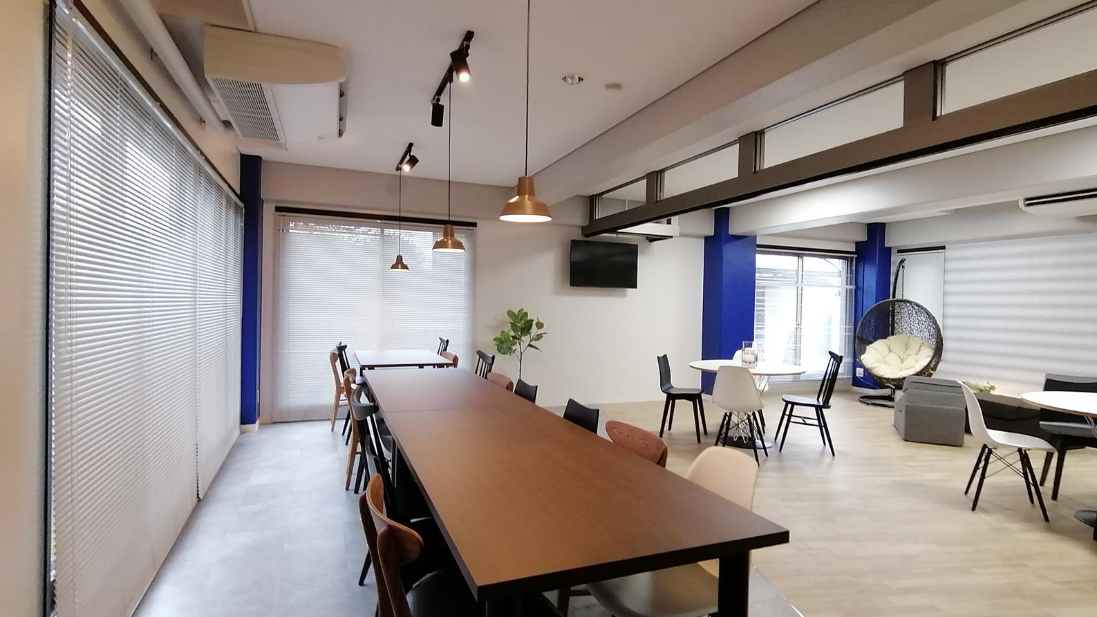 インダストリアル系家具が並ぶダイニングゾーン