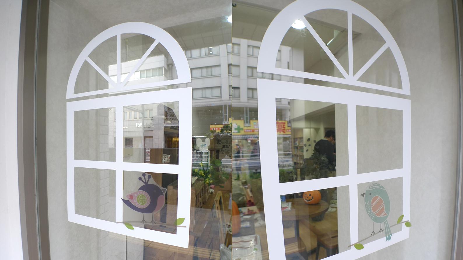 エントランス扉に窓をデザイン