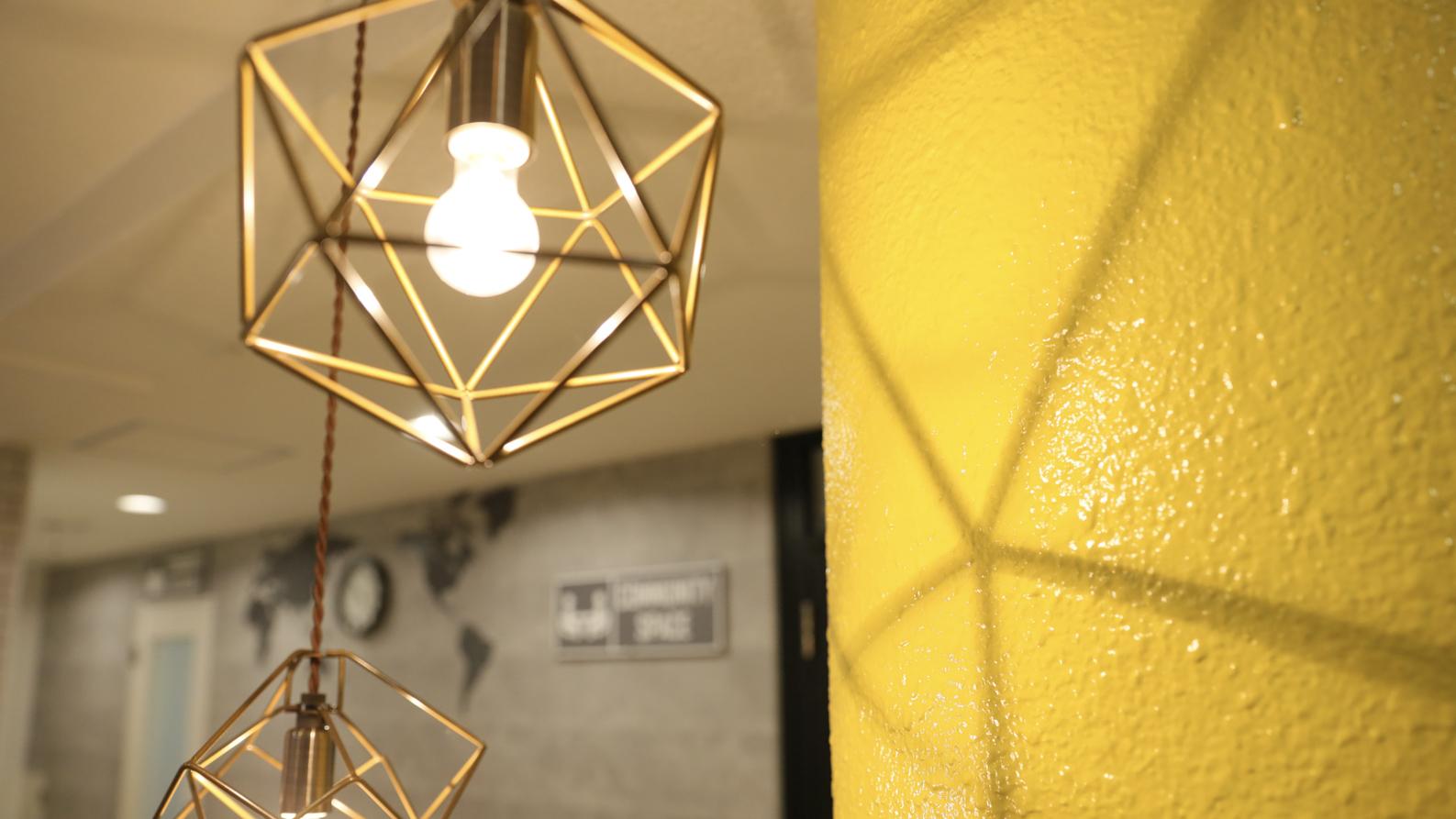 ホールを飾るかわいい照明