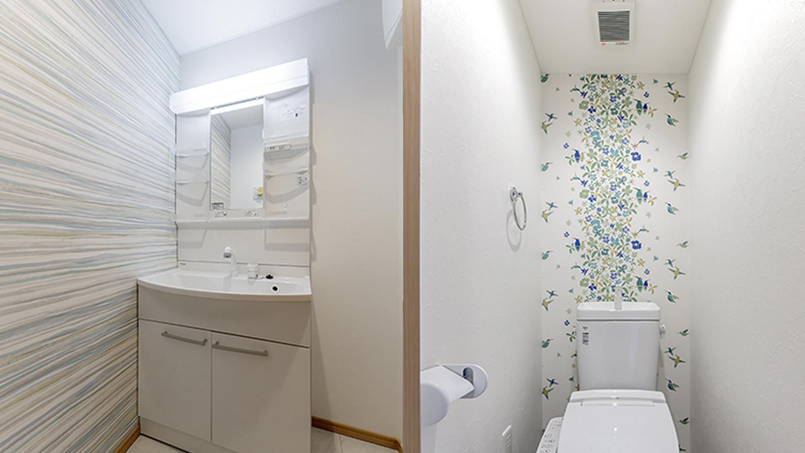 洗面とトイレに華やかなアクセントクロス