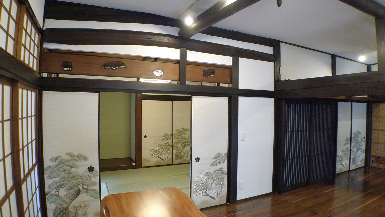 壁に隠れていた欄間をあらわし和室は床の間を活かした松の襖が合う雰囲気に
