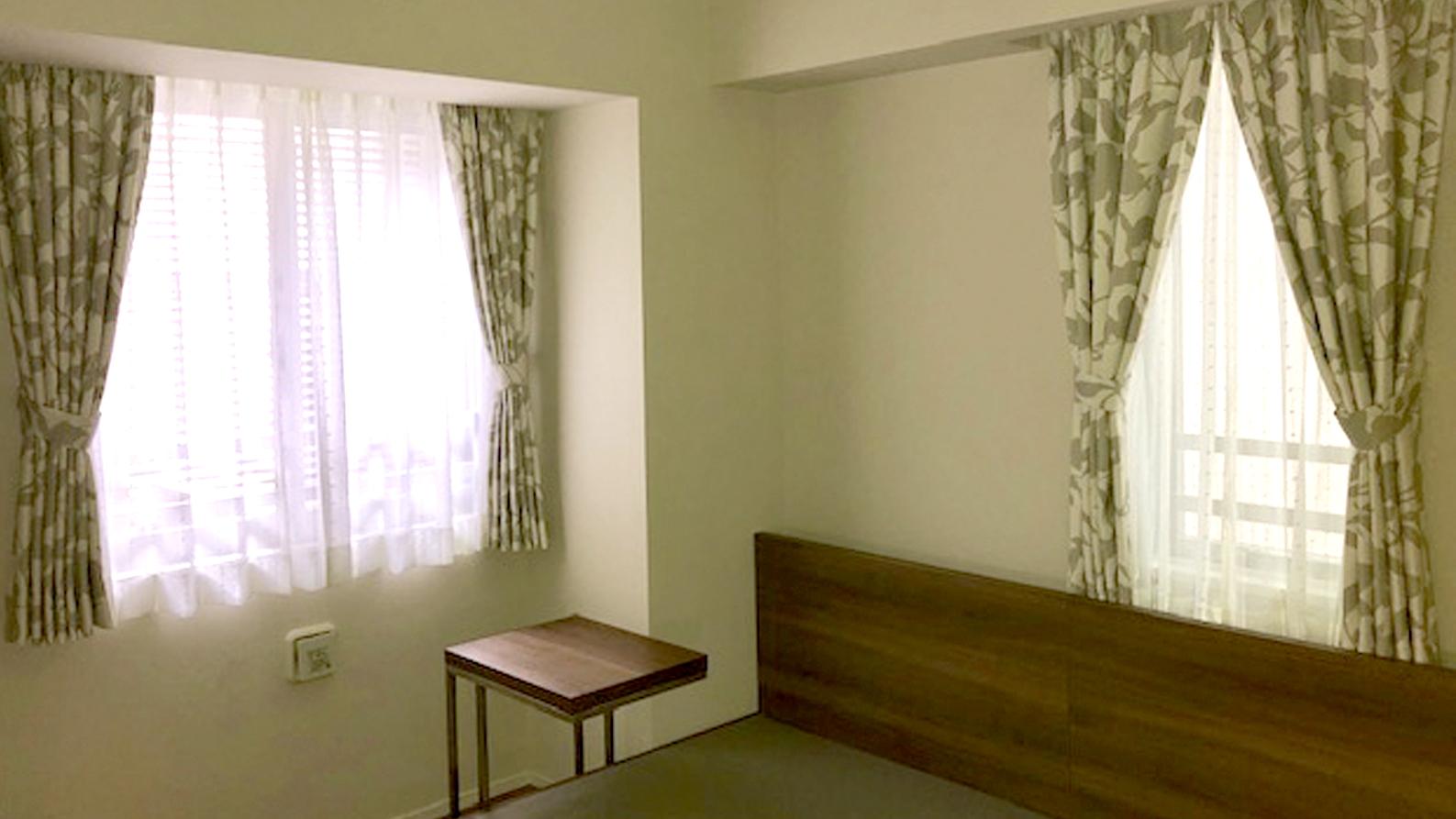 グレーのやさしい模様のカーテンでシックな寝室