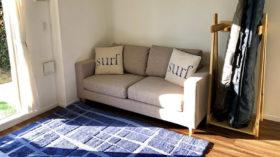 海を感じさせるソファーのあるリビング