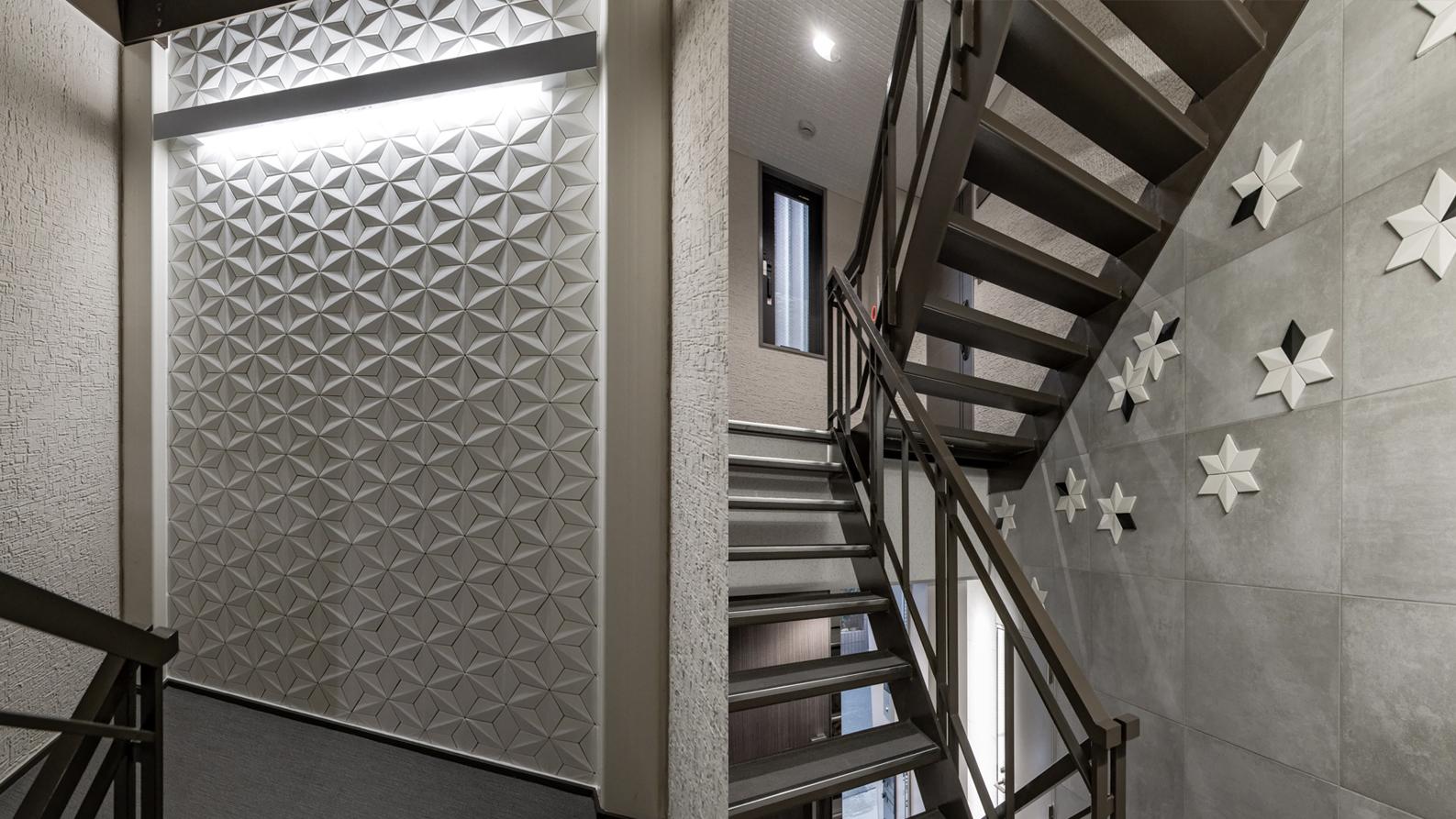 踊り場と階段の壁にタイル貼りデザイン