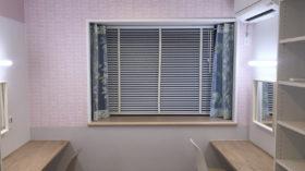 アクセントクロスと窓装飾