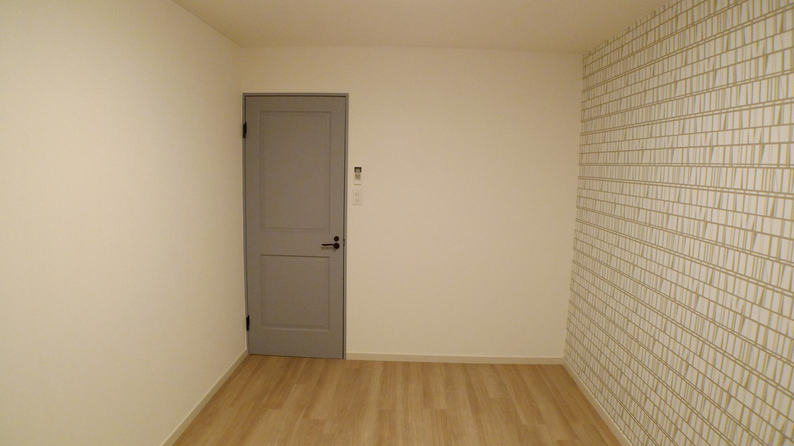 グレーの框ドアがシックでカッコイイ部屋