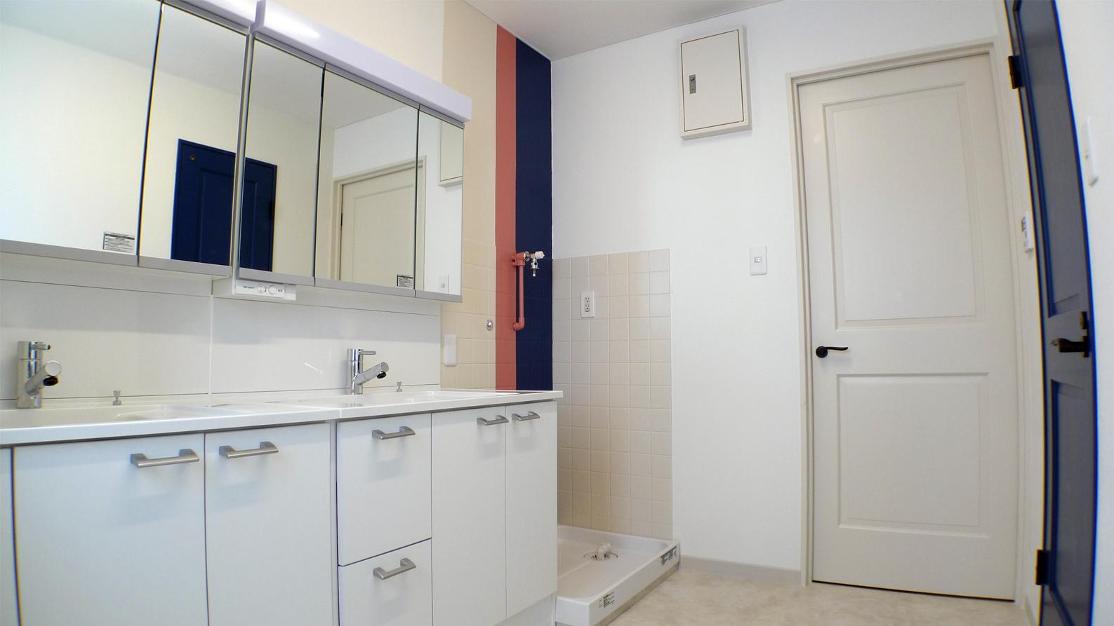 洗面スペースのタイル張りはそのままに色でリノベ