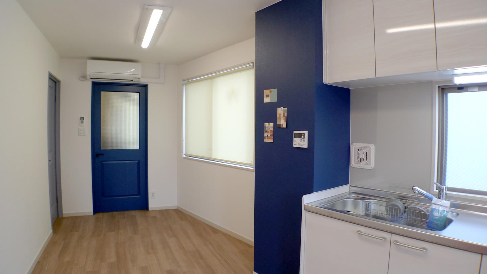 マグネットでメモやポストカードが張れる壁のあるキッチン