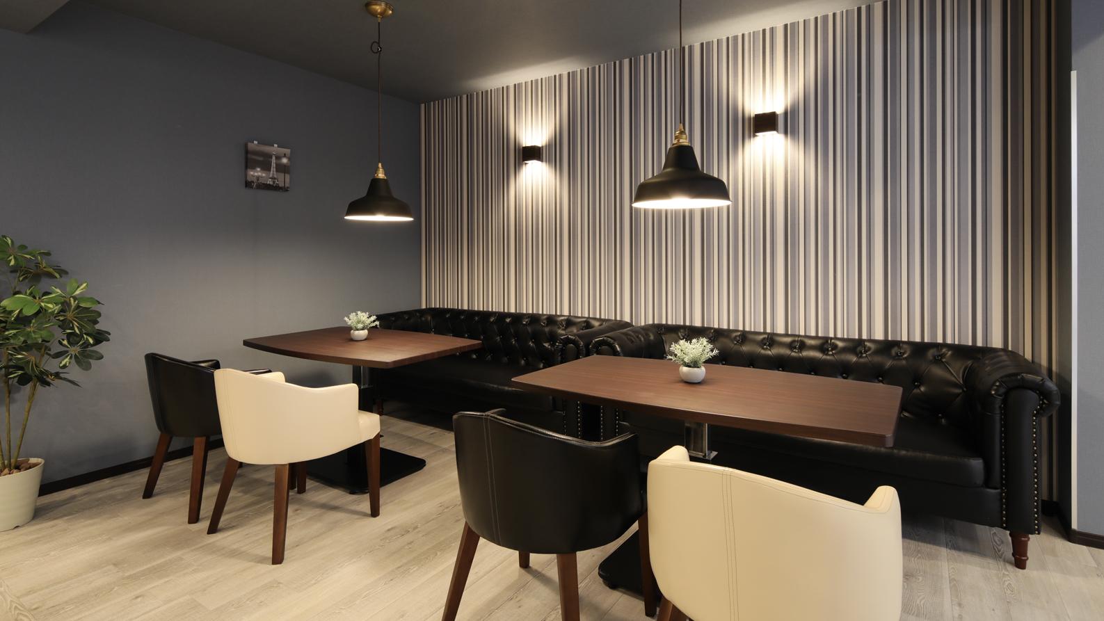 食堂一角のクールなソファ席