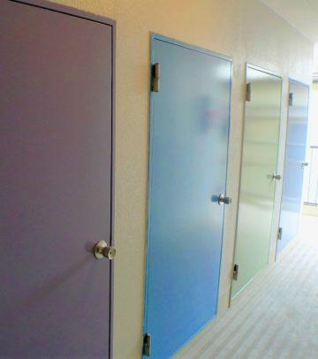 各部屋のテーマカラーに塗られたトランクルームの扉