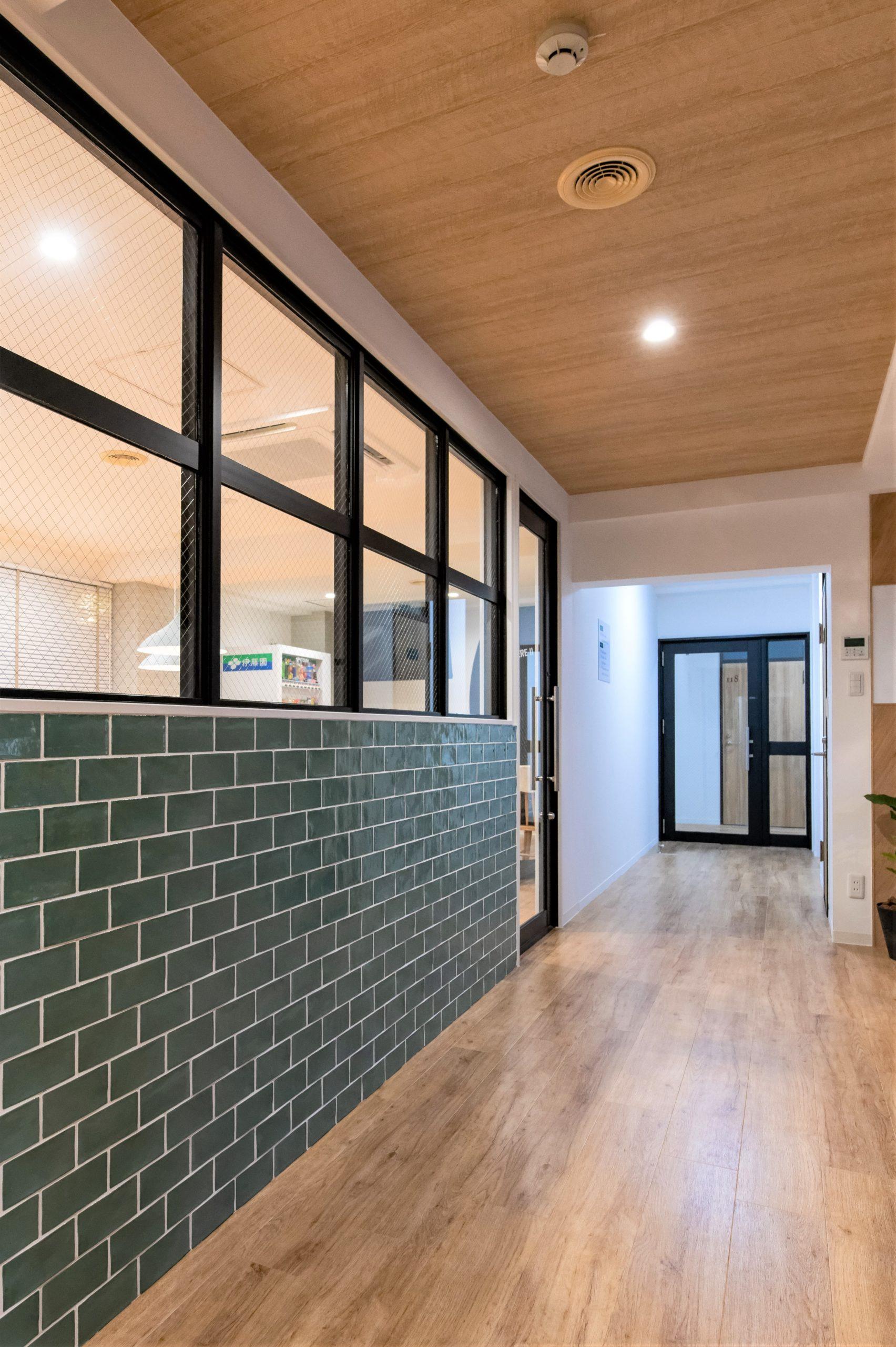 天井に木目調クロスをプラスしてカフェの雰囲気UP