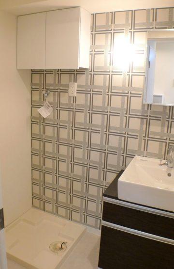大柄の壁紙の洗面室