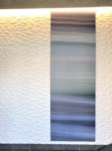 玄関にアートをとりいれてオリジナルな空間に